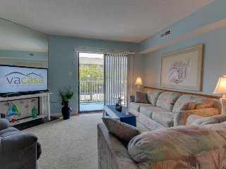 Cozy condo with seasonal pool located just blocks from the beach!, Treasure Island