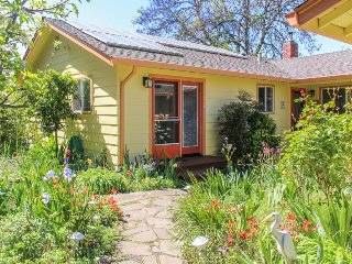 In the heart of Sonoma County, near wineries and parks - plus private hot tub!, Santa Rosa
