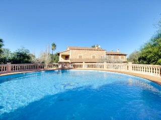 Stunning villa w/ private pool, easy beach access & nearby conveniences, Algaida