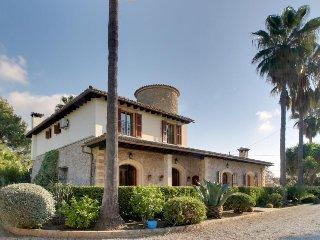 Gorgeous Spanish villa w/ large garden, private pool & tennis, Inca