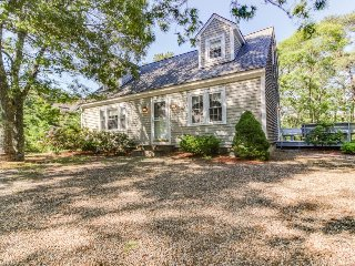 Sweet house with a beautiful deck, community tennis courts & easy town access!, Edgartown