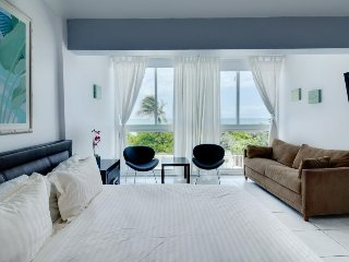 Beachfront condo w/ resort amenities, partial ocean views!, Miami Beach