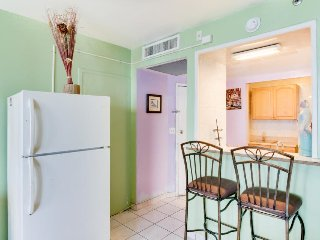 Colorful, charming, direct access to beach, pool, Miami Beach