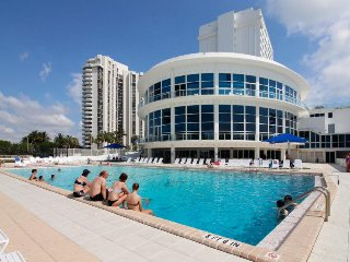 Sunlit ocean front studio w/ beach access, pool, tennis, & fitness center, Miami Beach