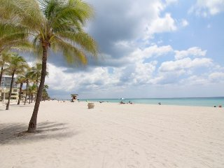 Waterfront condo w/ garden oasis - steps to Hollywood Beach! Snowbirds welcome!