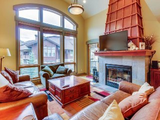 High-quality ski-in/out townhome w/shared hot tub & pool + beautiful views!, Solitude