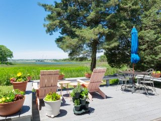 Lakefront cottage with a deck, close to ferries & beaches!