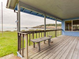 Rustic waterfront beach house with views of the bay & easy beach access!, Lopez Island