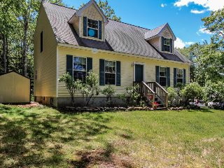 Family home with a deck, close to Boothbay attractions!