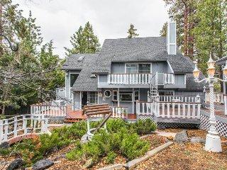 Rustic fairytale house near ski resorts, with pool table & amazing yard w/gazebo, Big Bear Region