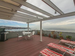 Cozy and light-filled condo with sunny terrace & panoramic views of Valparaiso!