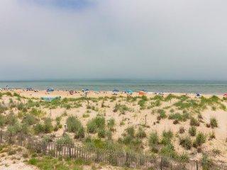 Cozy oceanfront condo w/sweeping views - walk to beach!
