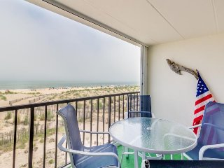 Cozy oceanfront condo w/sweeping views - walk to beach!