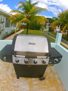 Gas BBQ grill with two gas tanks provided