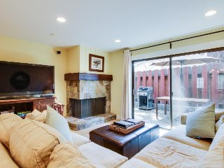 Cozy lakefront townhouse w/ shared pool & nearby beach access