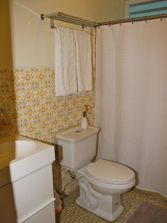 2nd bathroom with tub, hair dryer provided.