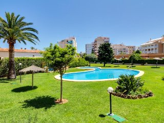 Sunny, colorful condo w/shared pool, golf course access - walk to the beach!, Javea