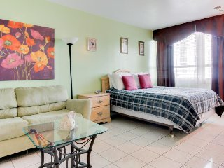 Colorful, charming studio with a shared pool, tennis, and access to the beach!, Miami Beach