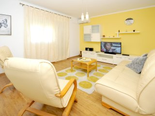Apartment in Okrug Gornji - yellow