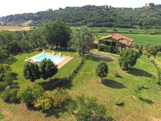 Tuscany/Umbria farmhouse, Private pool, wifi & A/C