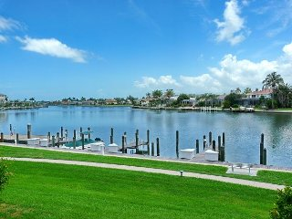 Relaxing condo w/ heated pool, bay view & short walk to Tigertail Beach, Isla Marco