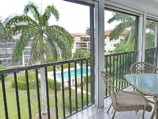 South end condo with heated pool, hot tub and short walk to South Beach, Isla Marco