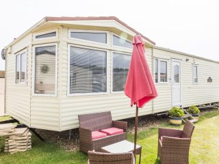 NDHP 40174a  - Spacious 6 berth near the promenade, Lowestoft