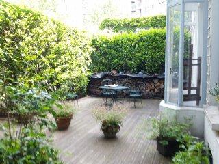 Maison avec terrasse arboree et fleurie
