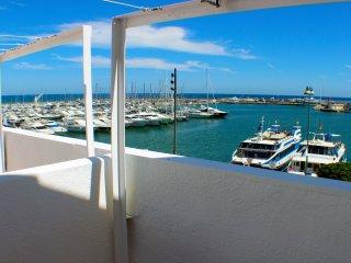 Apartamento con terraza frente al mar.