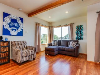 Bright, modern home w/ ocean view & entertainment - beach access nearby!, Depoe Bay