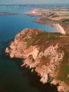 Vue aérienne, au 1er plan la Plage du Poul. Au centre l'île de l Aber et en arrière plan Morgat.