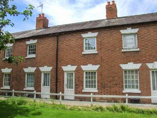 11 VICTORIA COTTAGES, king-size bed, private garden, WiFi, close to river, in Stratford-upon-Avon, Ref 939715