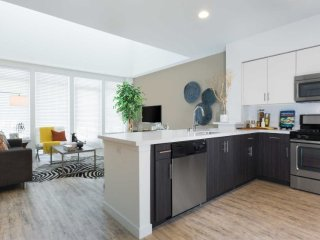 VIBRANT AND AESTHETIC 3 BEDROOM, 2 BATHROOM FURNISHED APARTMENT, Emeryville