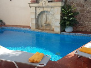 FRINI-Private flat in a getaway oasis with pool, Atsipopoulo