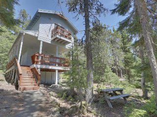 Cozy, two-level chalet near hiking, lakes, and ski resorts!