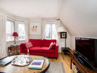 Delightful and cosy apartment 0.2miles to Kensington High Street tube station.