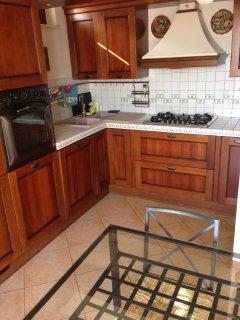 Cucina con frigorifero, congelatore, lavastoviglie, forno combo-ventil. e microonde, robot da cucina