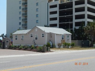 Ocean Front Ocean Dr Cottage- Beach in backyard, North Myrtle Beach