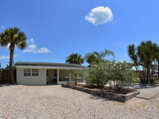 Just 200 ft from Beach, Large Driveway, Pet Friendlly, Great Rates and Reviews
