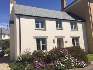 Cornwall cottage set in Pentire a peaceful area of Newquay.  Sleeps 6 and has space for car parking