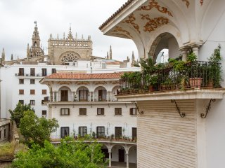 Spacious apartment with Parking Near Cathedral, Seville
