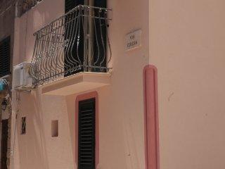 Sulla base della foto trovate la facciata della struttura con la relativa via ed il balcone.