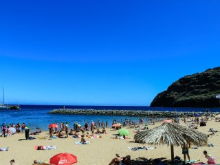 Central. Beach 2 min walk. WiFi. CASA DA AVENIDA, Machico