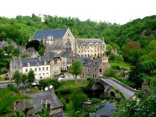 Belle maison dans le village incroyable Léhon-Dinan