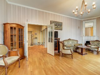 Cozy apartment at the corner Nevsky/Karavannaya st, Petrodvortsovy District