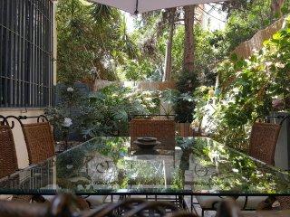 3 bedroom off Ben Gurion Blvd. + private garden!, Tel Aviv