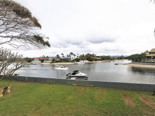 Waterfront, beach close by, 5 bedrooms, sleeps 13., Mermaid Waters