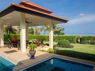 4 BR Beach Front Villa, pool & staff sleeps 10, Laem Set