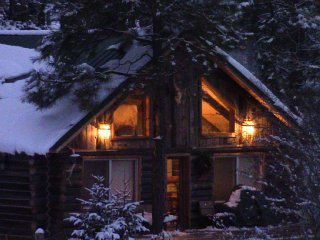 Riverfront Log Cabin, minutes away from your outdoor adventure