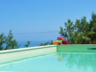 villa bianca:piscina barbecue ed internet